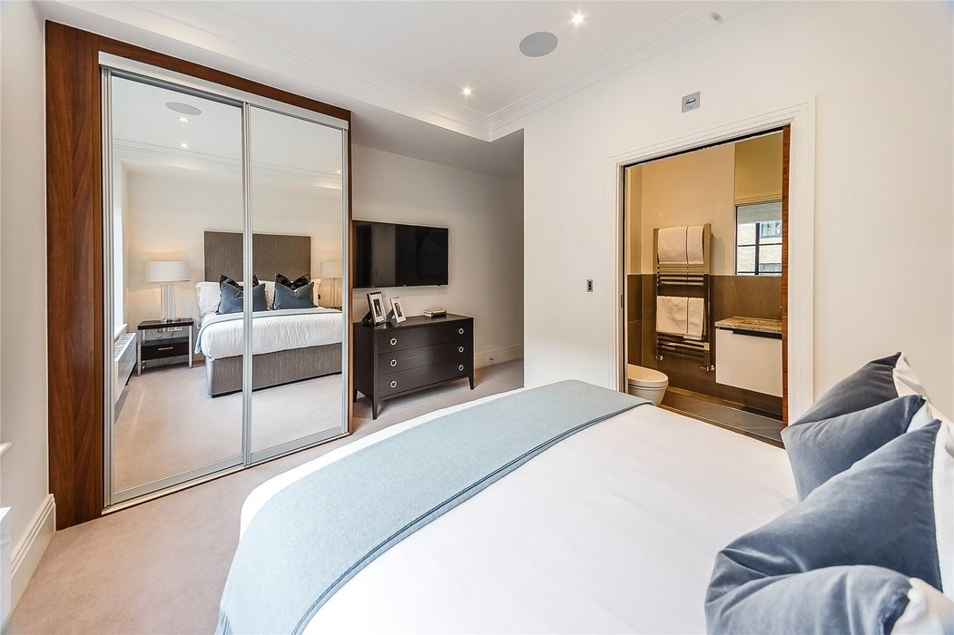 2 bedroom Flat to let in London - Image 11