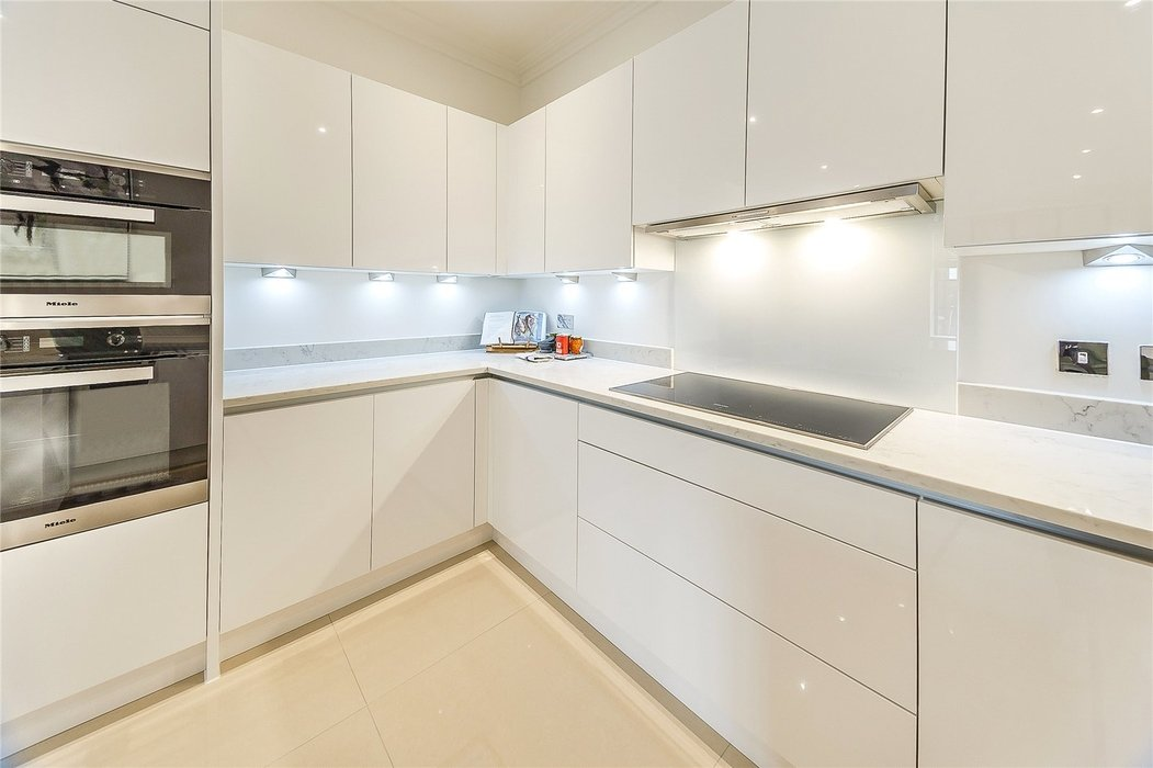 2 bedroom Flat to let in London - Image 9