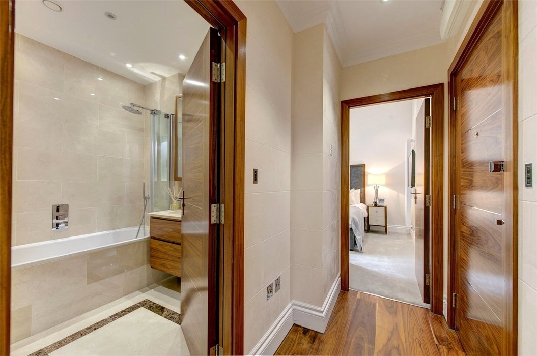 1 bedroom Flat to let in London - Image 5
