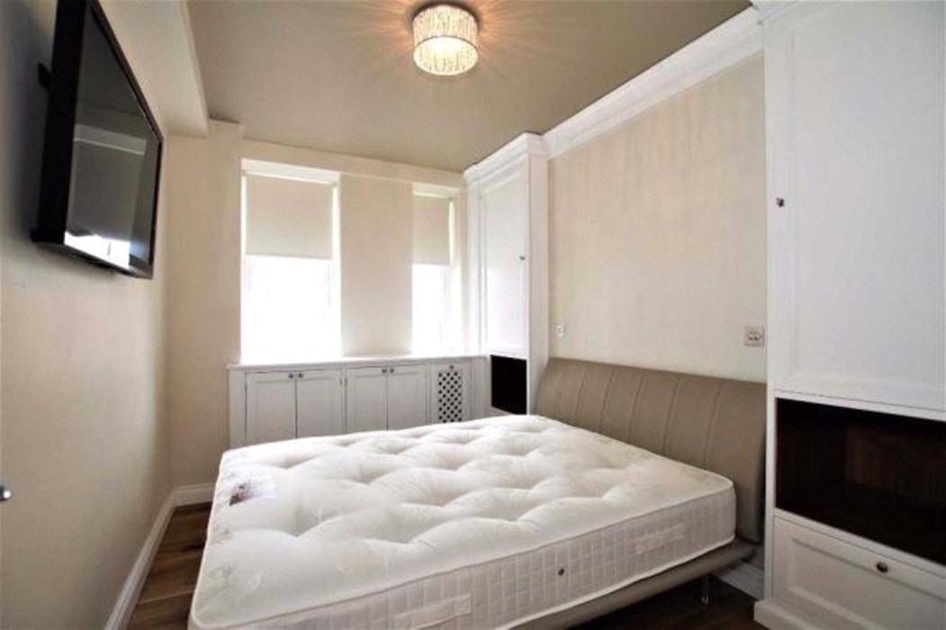 2 bedroom Flat to let in London - Image 8